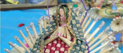 Virgen tejida con palma, hecha por artesanos.