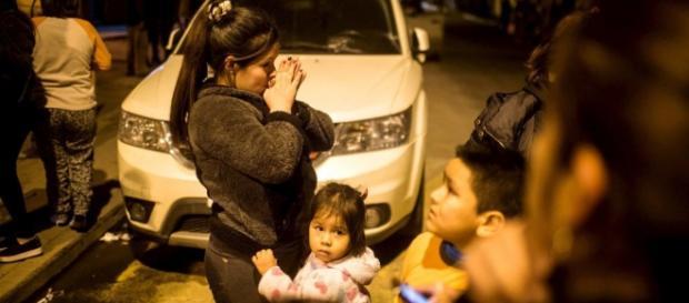 Los chilenos esperan en las calles tras el seísmo
