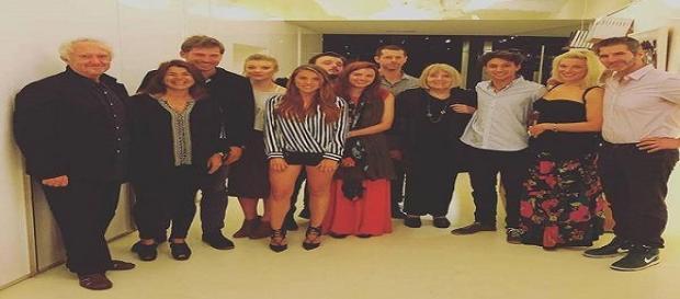 Foto de familia deL equipo de la serie. MARC ROCA