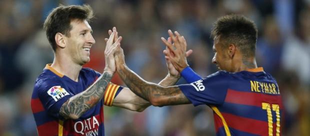 Messi y Neymar abrazandose con mucho amor y pasión