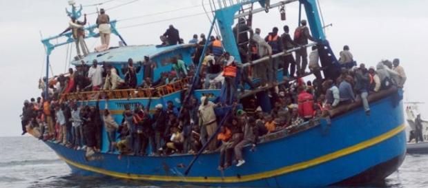 Regufiados chegando à Europa em um barco lotado.