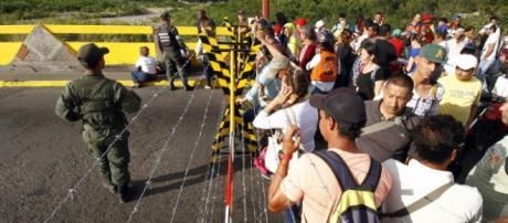 Militares venezolanos custodian la frontera