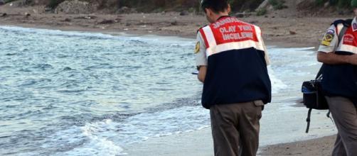 Corpo de bebê em praia turca choca o mundo