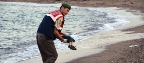 Polícia turco carrega o corpo de Aylan