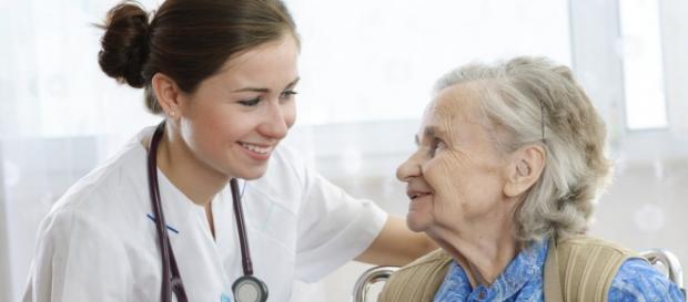 Cruz Vermelha abre cursos para cuidador de idosos