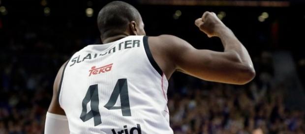 Marcus Slaughter celebra una canasta con el Madrid