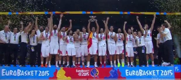 El capitán alzando la copa de campeones de Europa