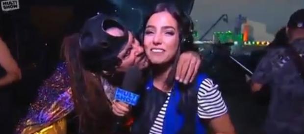 Vocalista da Minsitry surpreende e beija repórter
