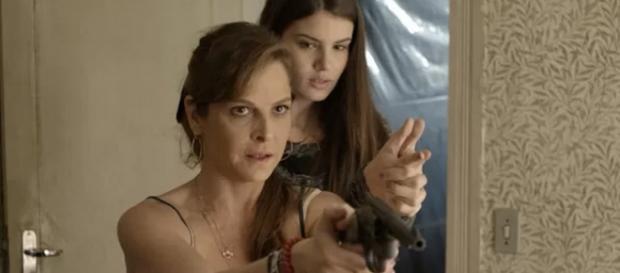 Carolina tenta atirar em Alex, mas acerta Angel