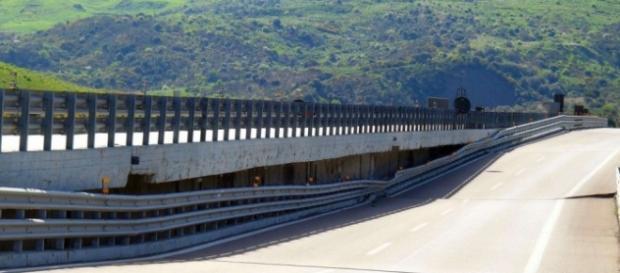 Calabria: ragazzo tenta il suicidio sull'A3.