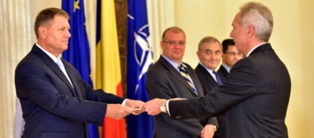 Hans Klemm îi dă preşedintelui Iohannis scrisorile