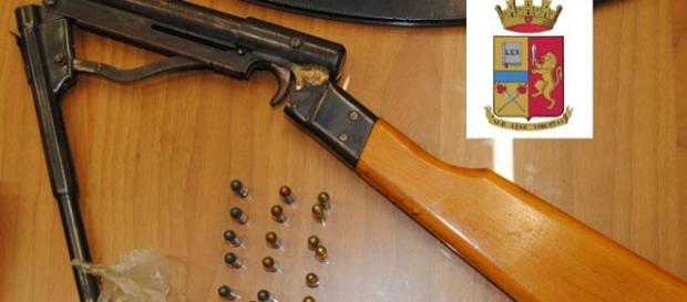 L'arma e le munizioni sotto sequestro