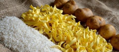 O arroz plástico é feito com batata e resina.