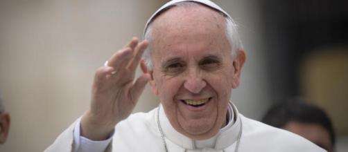 Papa Francesco saluta la folla