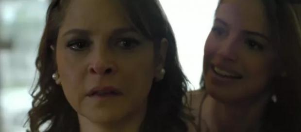 Carolina fica possuída ao saber de traição