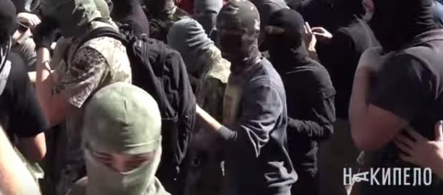 Zamaskowani mężczyźni szturmują radę miasta