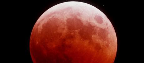 La luna colorada en pleno eclipse