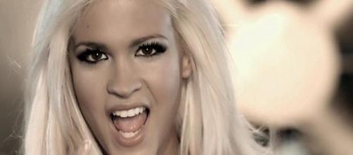 Ylenia posa cantando en el estribillo de 'Pégate'