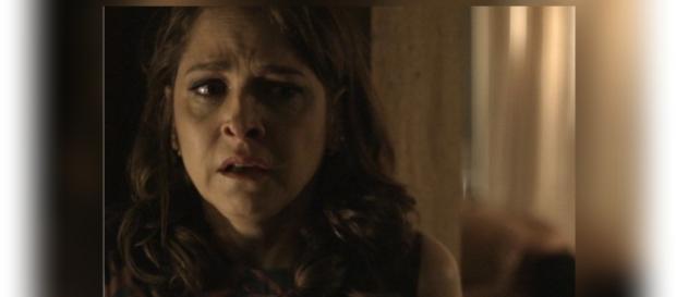 Carolina não suporta a dor de ter sido traída