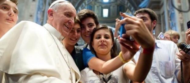 Papa Francesco in uno dei tanti selfie