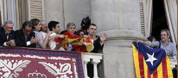 Rifirafe en el balcón del ayuntamiento