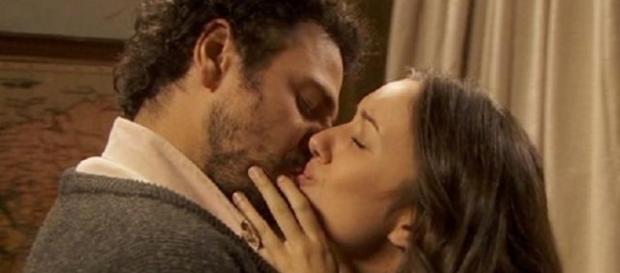 Il Segreto: Aurora e Conrado si baciano.