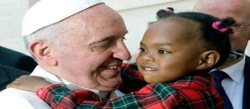 El papa Francisco abraza a una niña. Flickr