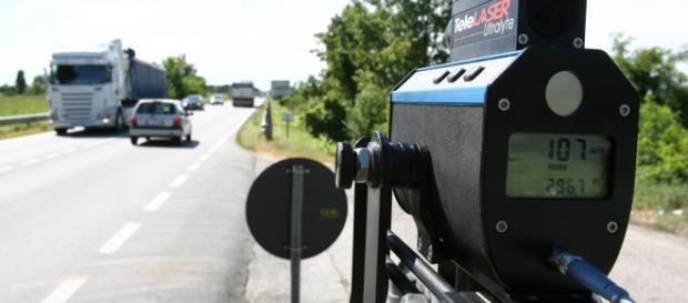 Autovelox in funzione su una strada statale