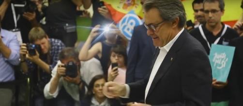 Artur Mas entregando su dni para votar