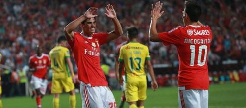 Guedes festeja com Gaitán o 2.º golo da partida.