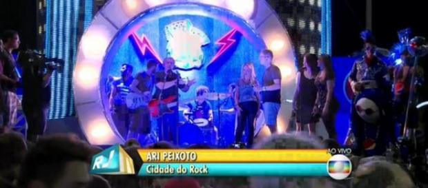 Globo coloca repórter para cantar ao vivo