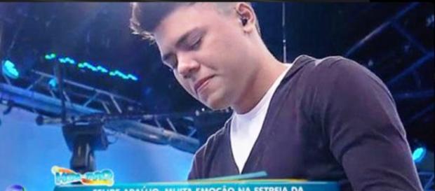 Irmão de Cristiano Araújo canta no programa