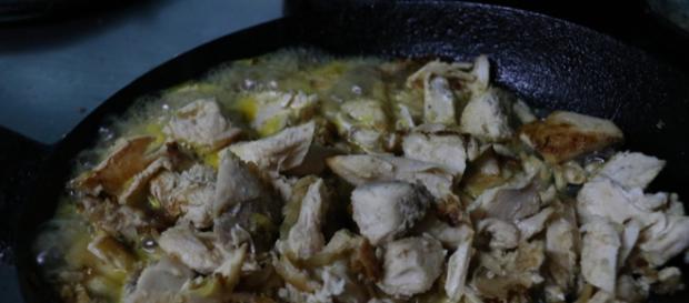 Pollo dorado con jugo de naranja