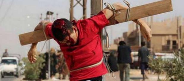 Creştin crucificat prezentat de propaganda ISIS