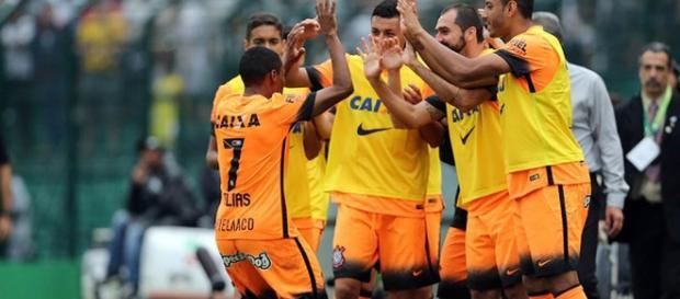 O Corinthians vence o Figueirense em Florianópolis