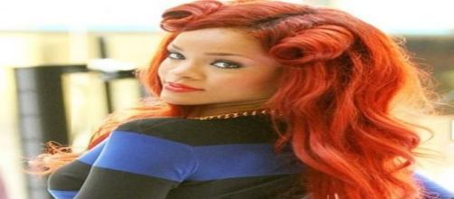 Rihanna sfoggia capelli rosso rame.