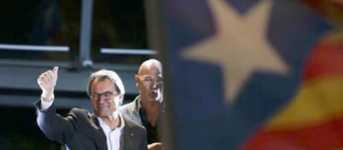 Artur Mas se recrea celebrando la victoria