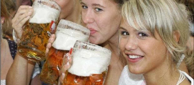 Chicas bebiendo cerveza (protege corazón)
