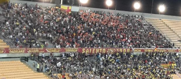 I tifosi del Lecce pronti a riempire lo stadio.