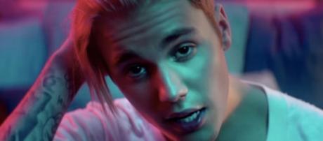Justin Bieber está no topo da tabela de vendas.