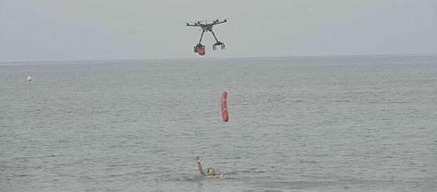 Bañista siendo rescatado por dron