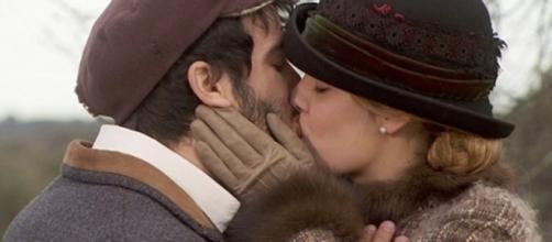 Simon e Soledad si baciano appassionatamente