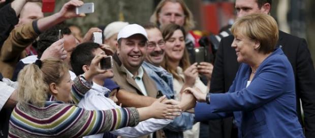 Angela Merkel quer ajudar os refugiados da guerra