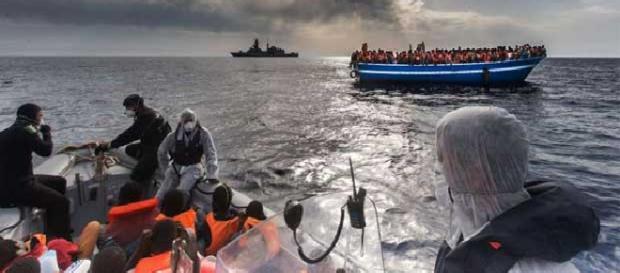 Navio brasileiro resgata refugiados