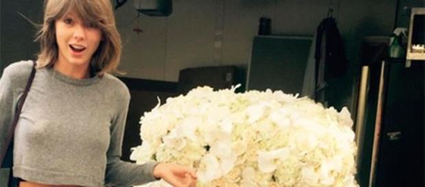 Taylor recebe flores de Kanye (Foto: Reprodução)