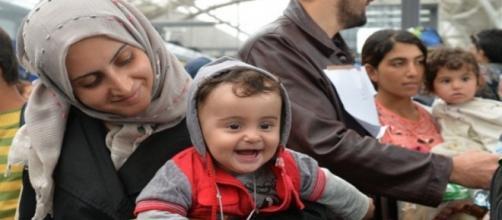 Refugiados chegam (Foto: AP Photo/Kersin Joensson)