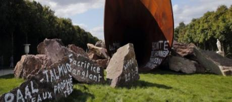 Vandalismo com inscrições na obra Dirty Corner
