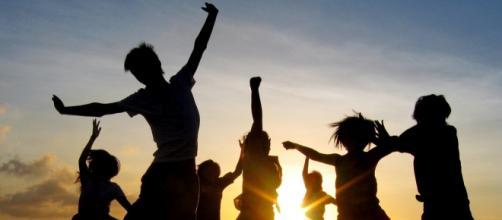 Jovens celebrando a liberdade.