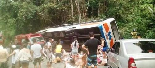 Ônibus cai em ribanceira em Paraty 15 mortos