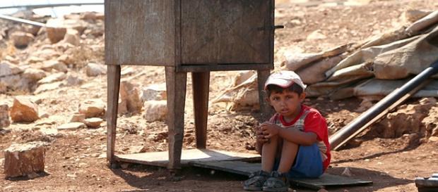 Bambino palestinese in cerca di un pò d'ombra